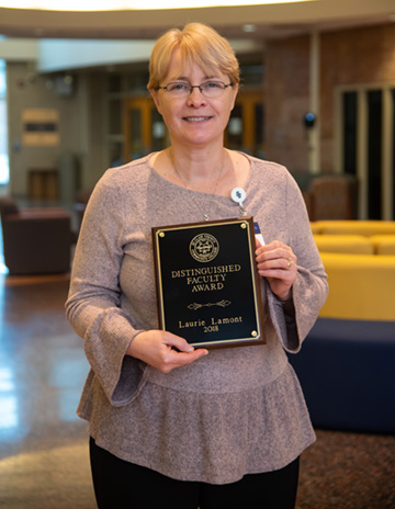Professor Laurie Lamont receives SC4 Distinguished Faculty Award.